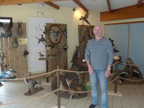 B.Guichard présentant ses oeuvres.
